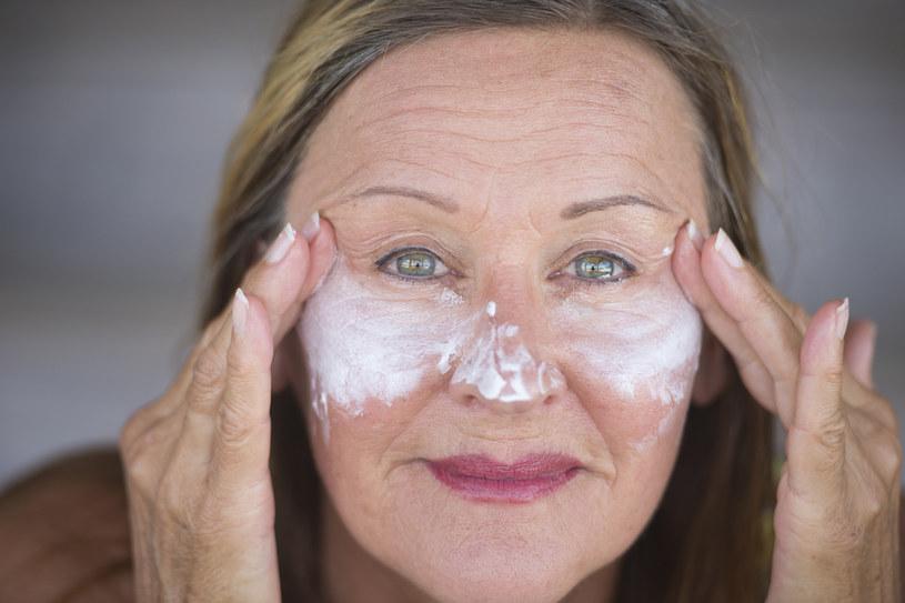 Filtry UV chronią skórę przed pogłębianiem się zmarszczek oraz przedwczesnym starzeniem się skóry /123RF/PICSEL