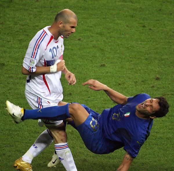 Finał MŚ w 2006 r. Włoch Marco Materazzi upada po ciosie Francuza Zinedine'a Zidane'a /AFP