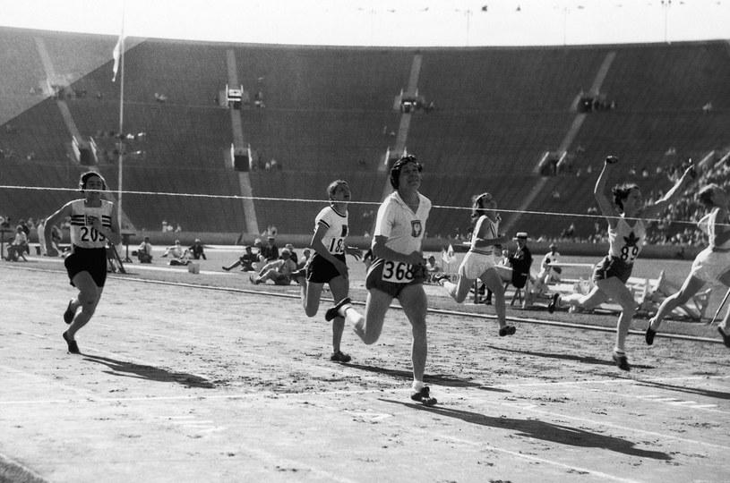 Finisz biegu na 100 metrów podczas Letnich Igrzysk Olimpijskich w Los Angeles /AP /East News