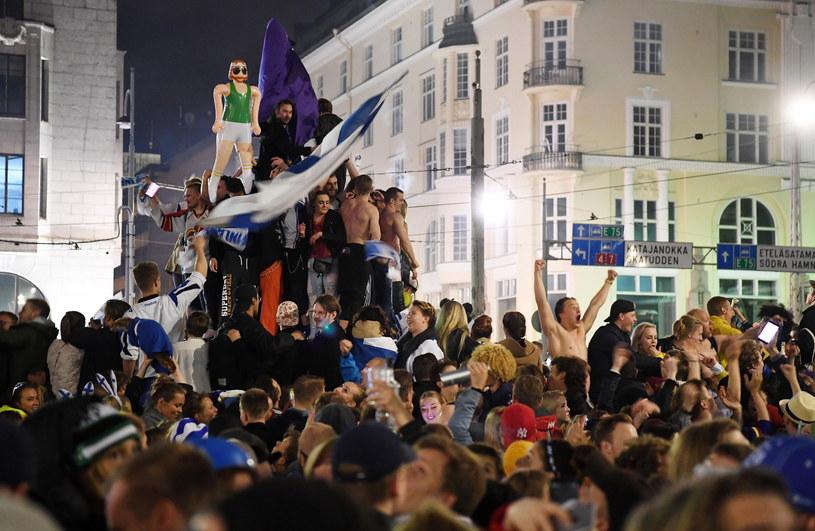 Fińscy kibice świętują w Helsinkach /PAP/EPA