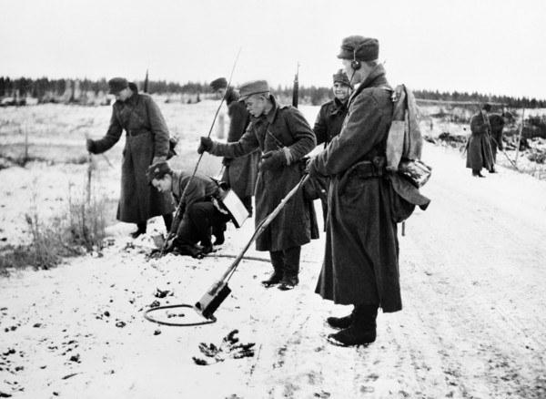 Fińscy żołnierze szukają min nieopodal granicy z Rosją w 1944 roku /AFP