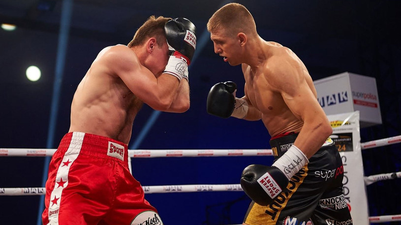 Fiodor Czerkaszyn (z prawej) trafił na wątrobę lewą ręką Daniela Urbańskiego /KnockOut Promotions /