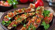 Fioletowe łódeczki z mięsem i owocem granatu