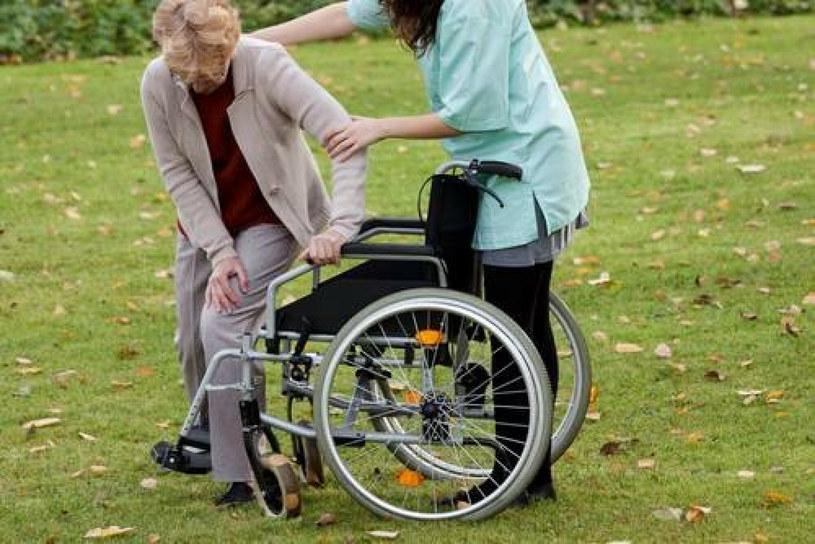 """Firma zajmująca się zatrudnianiem opiekunek dla seniorów w Niemczech, reklamuje się hasłem """"Nowa Polka babci"""". Ambasada RP w Berlinie zażądała usunięcia reklamy /East News"""