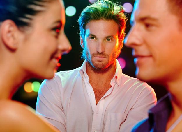 Firmowe imprezy są okazją do flirtu /123RF/PICSEL