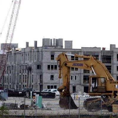 Firmy budowlane coraz mocniej biją się o kolejne kontrakty /AFP