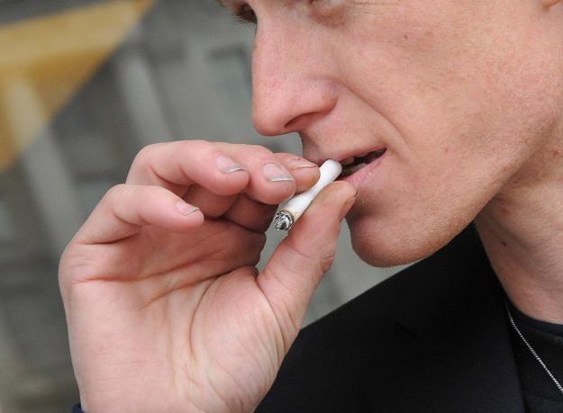 Firmy tytoniowe w USA celowo wprowadzały konsumentów w błąd /AFP