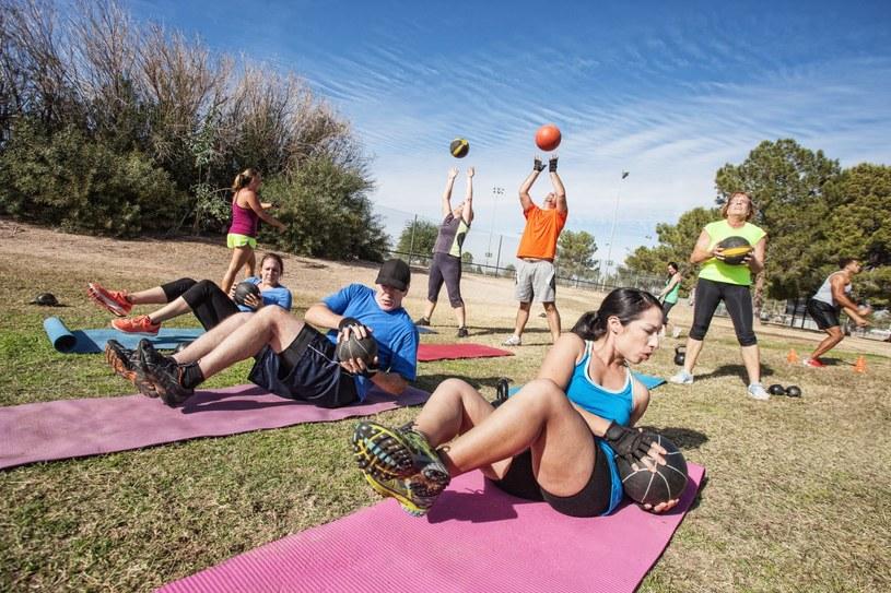 Fitness na świeżym powietrzu to połączenie przyjemnego z pożytecznym /Adobe Stock