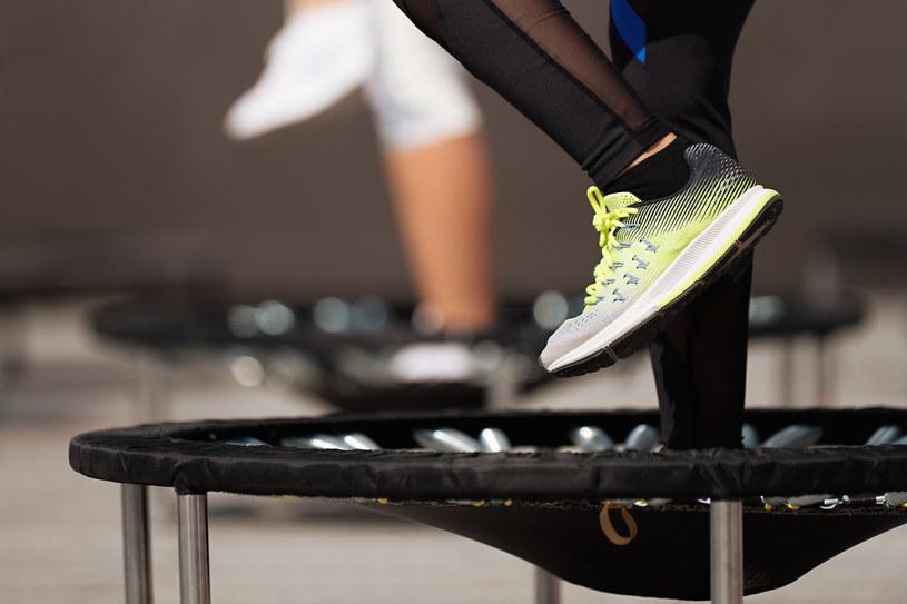 Fitness na trampolinach cieszy się coraz większą popularnością /123RF/PICSEL