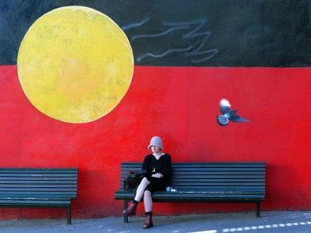 Flaga Aborygenów namalowana na murze w Sydney /AFP