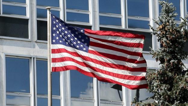 Flaga amerykańska przed ambasadą USA w Warszawie / Tomasz Gzell    /PAP