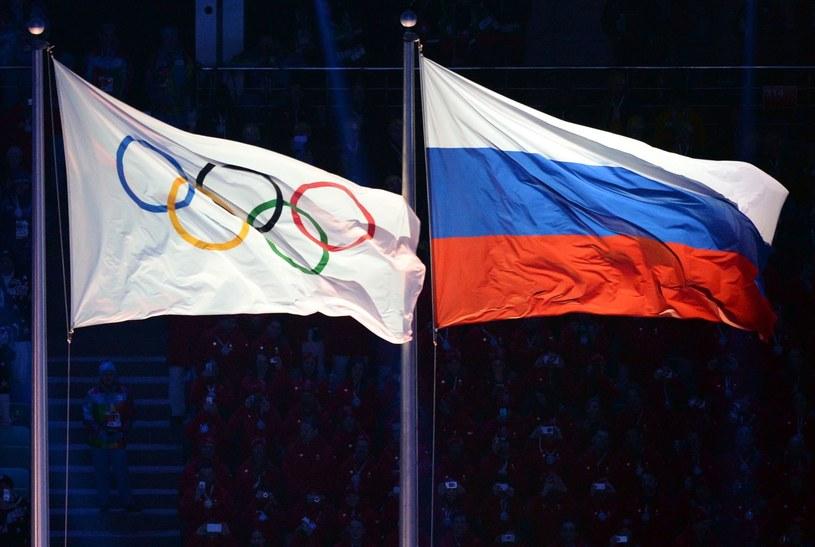 Flaga olimpijska i flaga Rosji na igrzyskach w Soczi /AFP