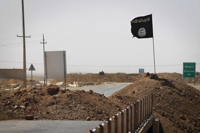 Flaga Państwa Islamskiego powiewająca na linii frontu walki z bojownikami kurdyjskimi /AFP