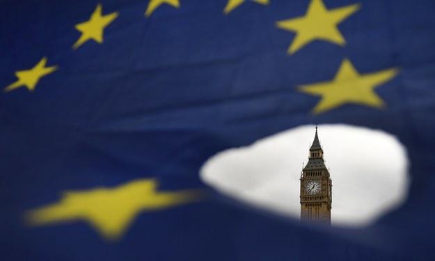 Flaga Unii Europejskiej, a w tle londyński Big Ben, sfotografowane podczas demonstracji przeciwko Brexitowi przed siedzibą brytyjskiego parlamentu /ANDY RAIN /PAP/EPA