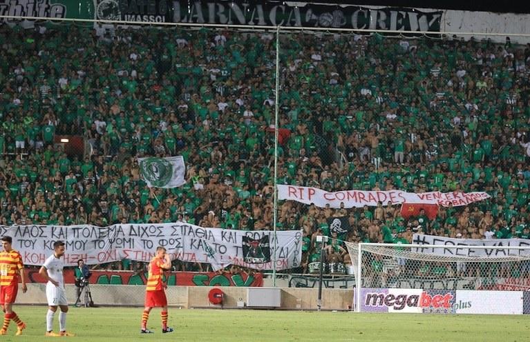 Flaga ZSRR z sierpem i młotem, jaką wywiesili fani Omonii na meczu z Jagiellonią nie przeszkadza UEFA. /Internet
