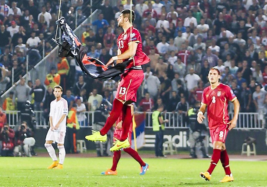 Flagę przechwycił Serb Stefan Mitrović /SRDJAN SUKI /PAP/EPA