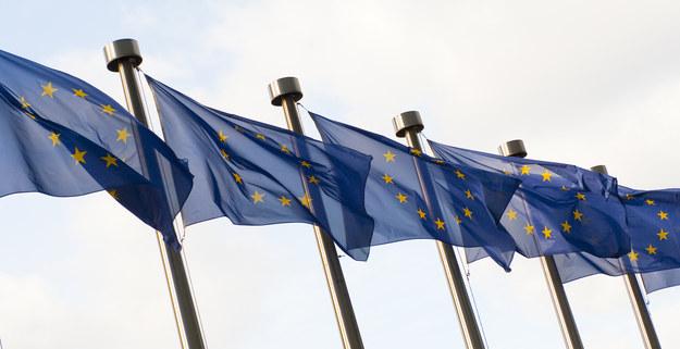 Flagi europejskie przed siedzibą Komisji Europejskiej w Brukseli /Wiktor Dabkowski    /PAP