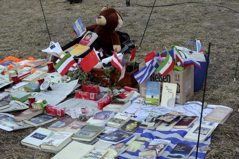 Flagi i pamiątki po ofiarach katastrofy airbusa /JEAN-PIERRE CLATOT  /AFP