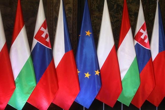 Flagi państw członkowskich Grupy Wyszehradzkiej: Czech, Polski, Słowacji i Węgier, a także flaga Unii Europejskiej /Łukasz Gągulski /PAP