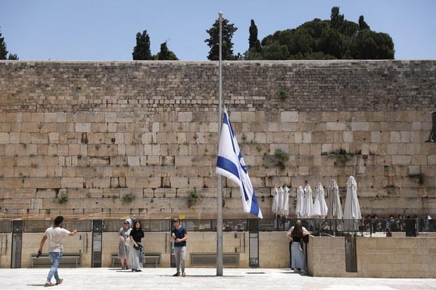Flagi państwowe opuszczono w całym Izraelu do połowy masztów /ABIR SULTAN /PAP/EPA