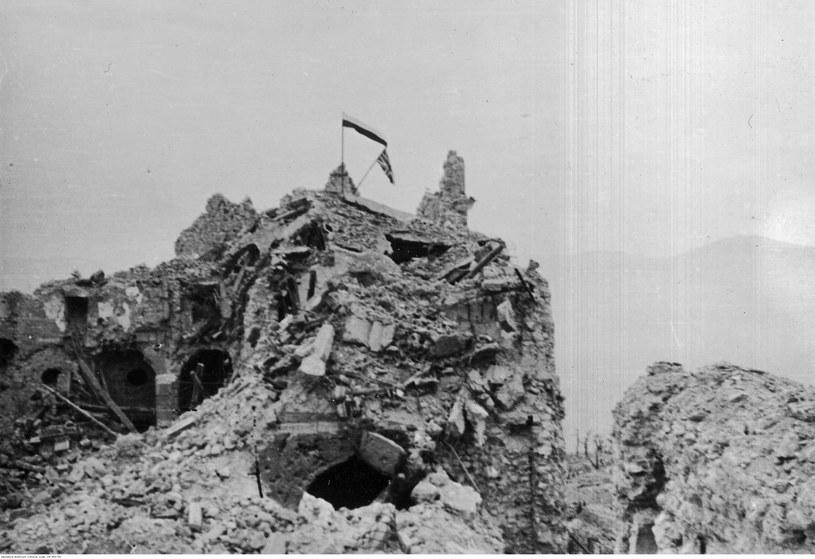 Flagi polska i brytyjska powiewające nad ruinami klasztoru Monte Cassino /Z archiwum Narodowego Archiwum Cyfrowego