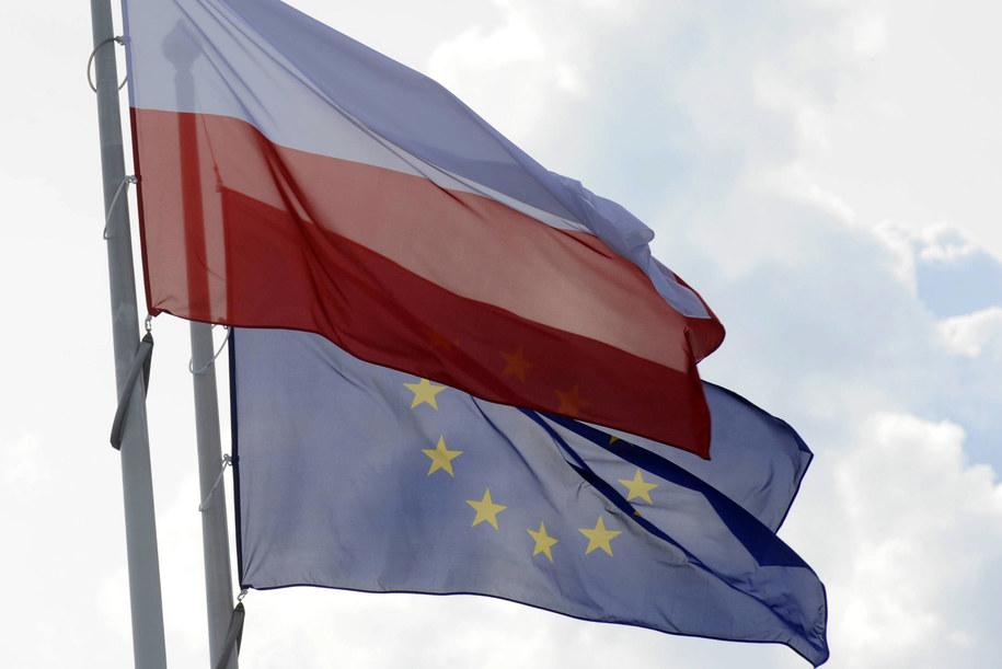 Flagi: Polski i Unii Europejskiej (zdjęcie ilustracyjne). /WINFRIED ROTHERMEL /PAP/DPA