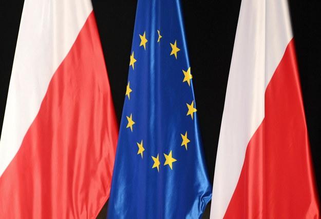 Flagi Polski i Unii Europejskiej. /Darek Delmanowicz /PAP