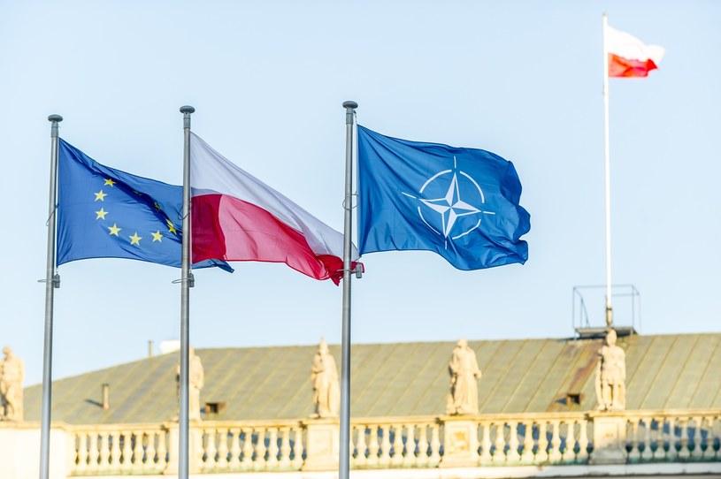 Flagi Polski, UE i NATO powiewające przed pałacem prezydenckim /Bartosz Krupa /East News