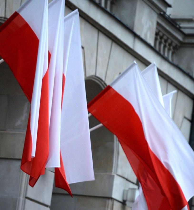 Flagi przed Pałacem Prezydenckim /Jacek Turczyk /PAP