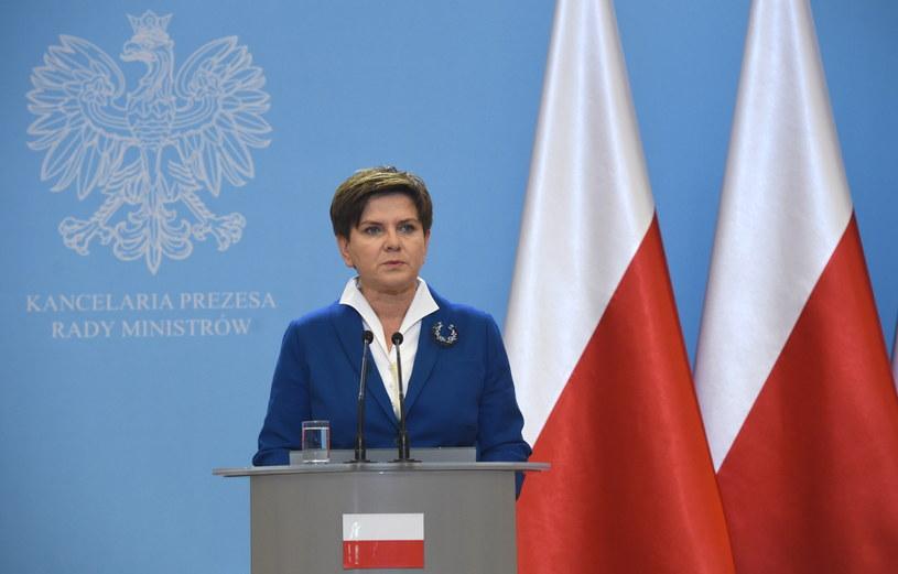 Flagi UE zniknęły z tła, przed którym stoi premier podczas konferencji prasowej po posiedzeniu rządu /Radek Pietruszka /PAP