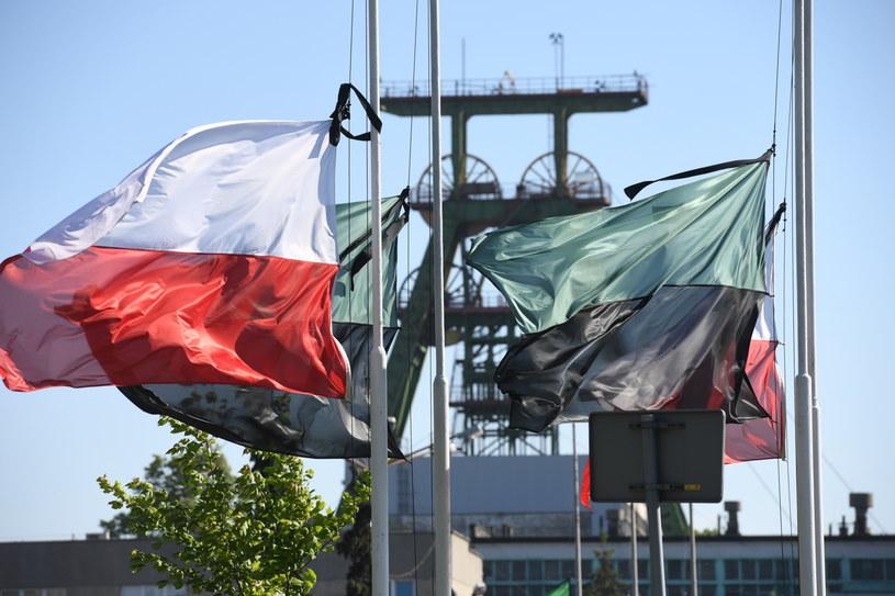 Flagi z kirem przed kopalnią Borynia-Zofiówka-Jastrzębie /Jacek Bednarczyk   /PAP