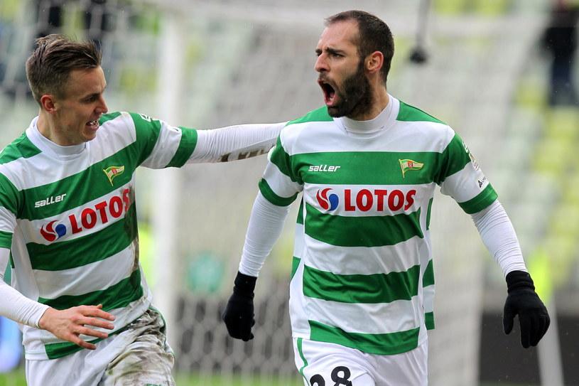 Flavio Paixao (z prawej) strzelił hat-tricka i może zostać Asem 26. kolejki /Piotr Wittman /PAP