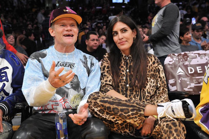 Flea i jego młodsza o 18 lat żona Melody Ehsani, którą poślubił pod koniec października 2019 r. /Allen Berezovsky /Getty Images