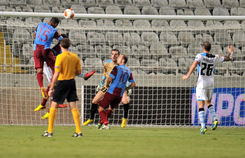 Florent Malouda i Adrian Mierzejewski (niebieskie stroje) w meczu Apollon - Trabzonspor w Lidze Europejskiej. /AFP