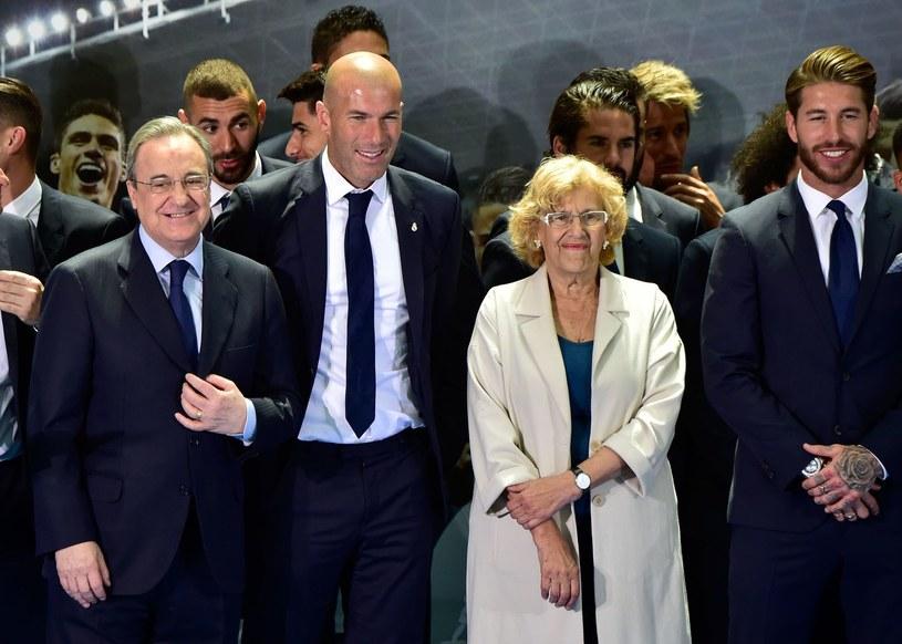 Florentino Perez (z lewej) w towarzystwie Zidane'a, Ramosa oraz burmistrza Madrytu - Manueli Carmeny /AFP