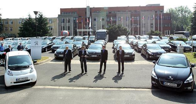 Flota ponad 100 samochodów użyczona za darmo... /PAP