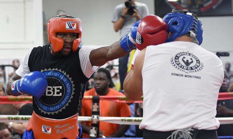 Floyd Mayweather Jr (z lewej) podczas sparingu z Ramonem Montano /AFP