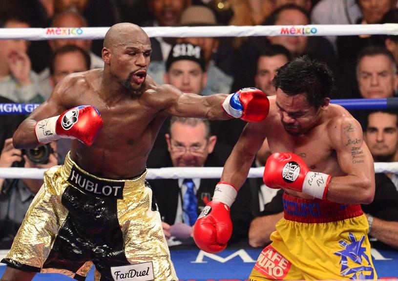 Floyd Mayweather Jr. (z lewej) w walce z Manny'm Pacquiao /AFP