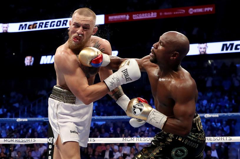 Floyd Mayweather Jr. (z prawej) po raz drugi zmierzy się z Conorem McGregorem? /AFP