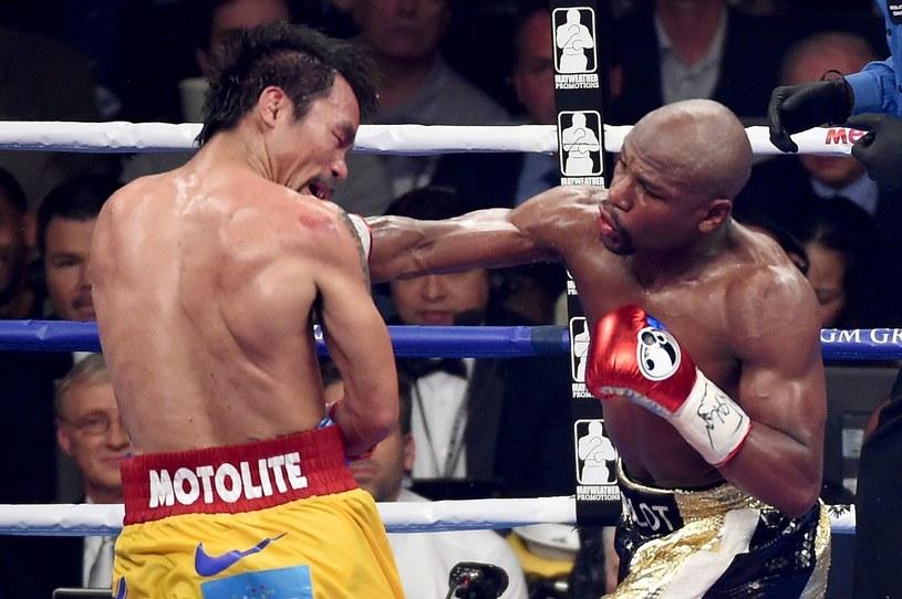 Floyd Mayweather Jr (z prawej) podczas walki z Mannym Pacquiao /AFP