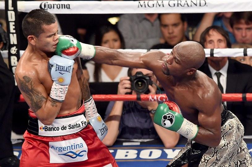 Floyd Mayweather Jr (z prawej) w pojedynku z Marcosem Maidaną /AFP