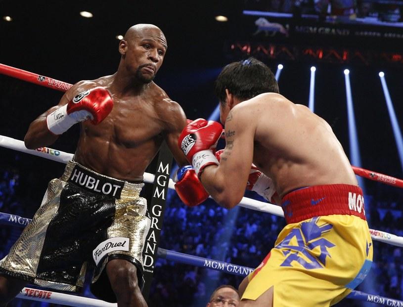Floyd Mayweather Junior (z lewej) w walce z Manny'm Pacquiao /AFP