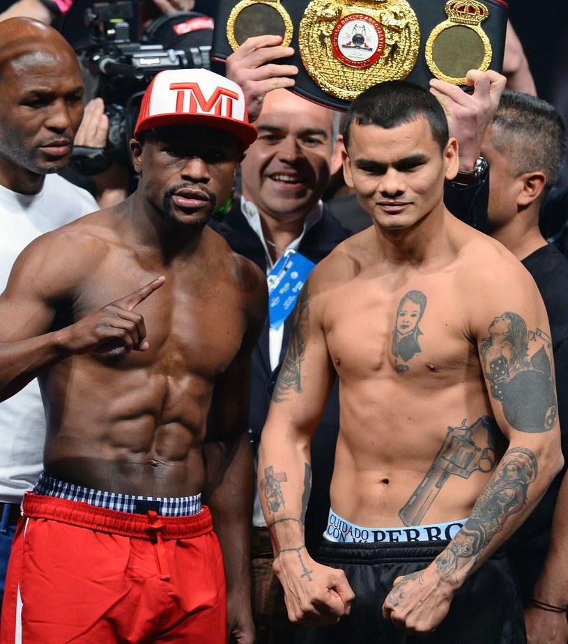 Floyd Mayweather (z lewej) i Marcos Maidana /AFP