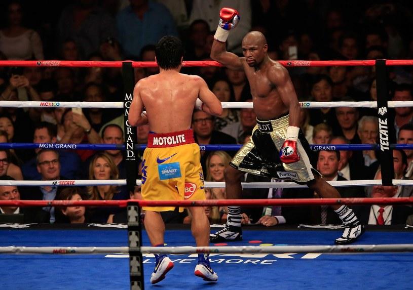 Floyd Mayweather (z prawej) w pojedynku z Manny'm Pacquiao /AFP