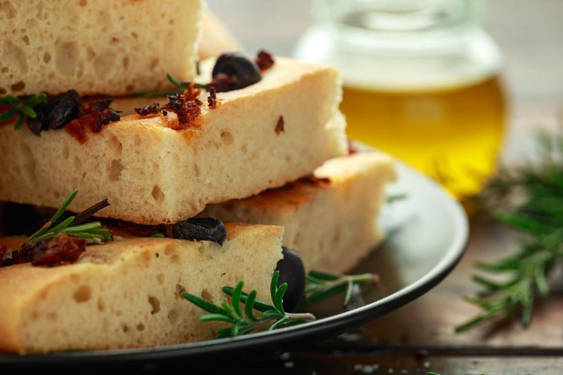 Focaccia. Do ciasta pasują: oliwki, pomidorki koktajlowe lub suszone oraz cebula /123RF/PICSEL
