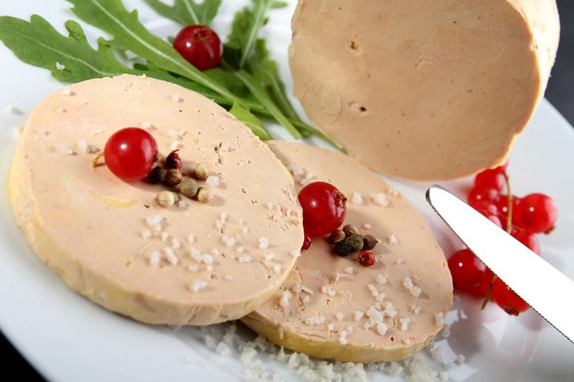 Foie gras jest jedną z droższych potraw świata. W dobie nowoczesnych technologii przechowywania żywności możemy ten przysmak kupić w niemal każdym większym supermarkecie, a także w sklepach internetowych /123RF/PICSEL