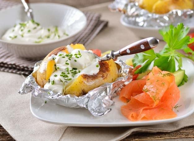 Folia aluminiowa jest niezwykle pomocna w kuchni /123RF/PICSEL