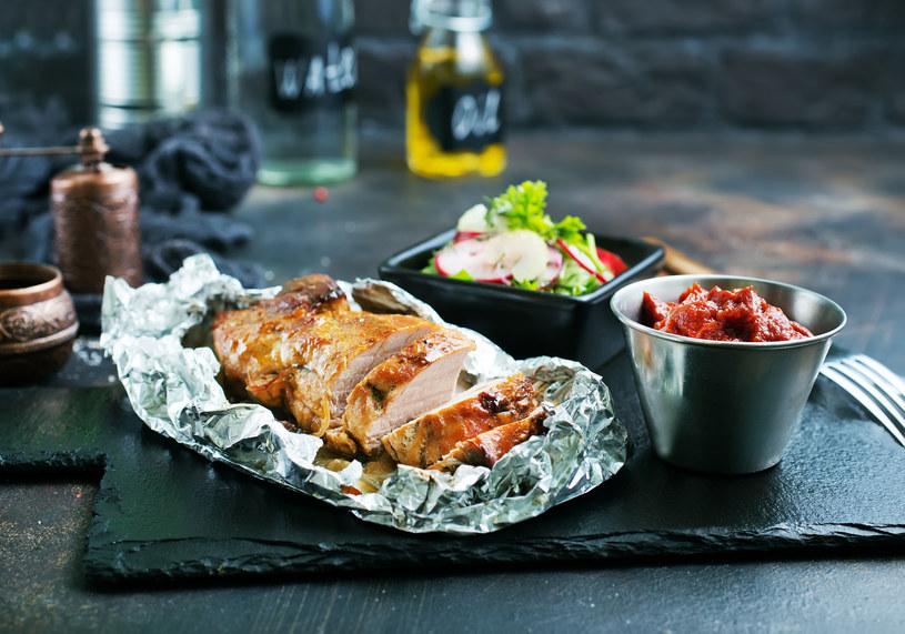 Folia przyspiesza pieczenie mięsa i ryb w piekarniku /123RF/PICSEL