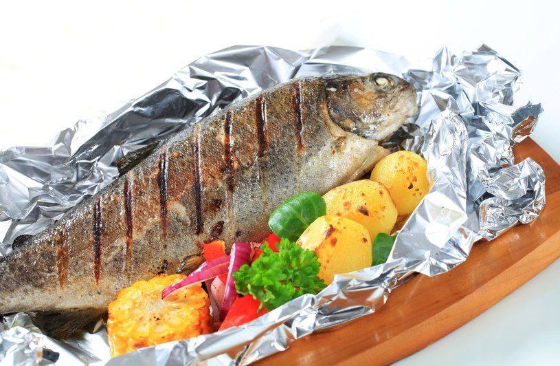Folię aluminiową wykorzystujemy bardzo często do pieczenia ryb /123RF/PICSEL
