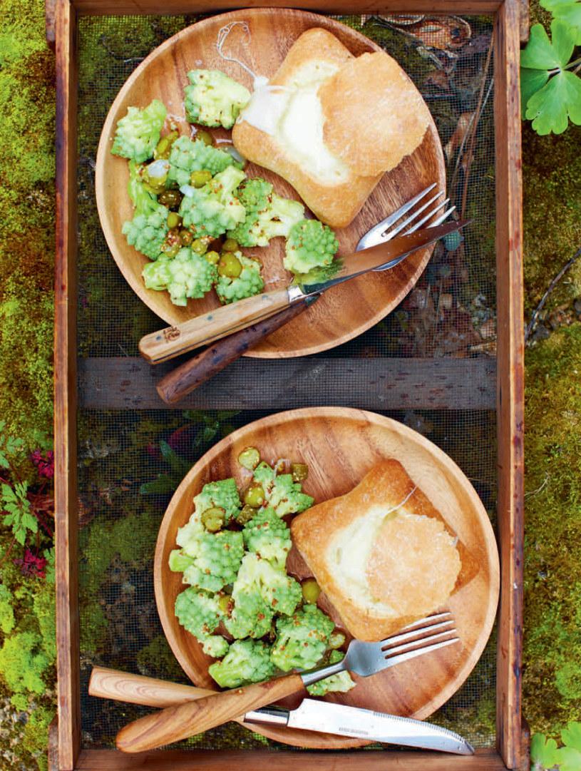 Fondue w bułkach z sałatką z kalafiora i korniszonów /materiały prasowe